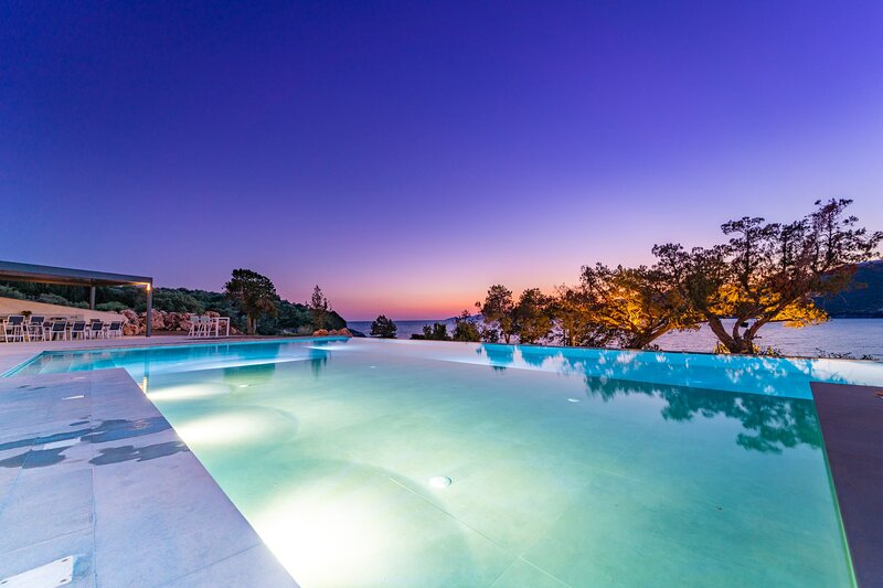 Villa Yana with direct sea access, large pool & heated jacuzzi, holiday rental in Apollonii