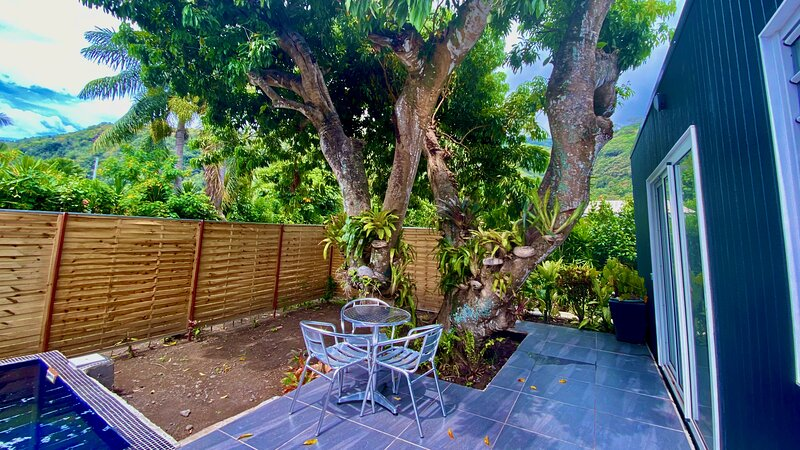 Tiny house sous un arbre avec sa piscine privée, a quelques pas de la plage, vacation rental in Papara