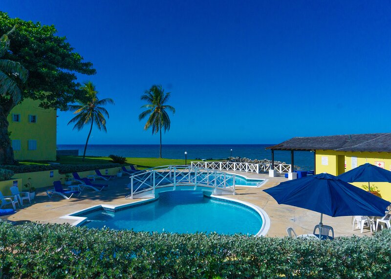 SeaJoy-Oceanfront Penthouse Sea Palms/Tower Isle, holiday rental in Tower Isle