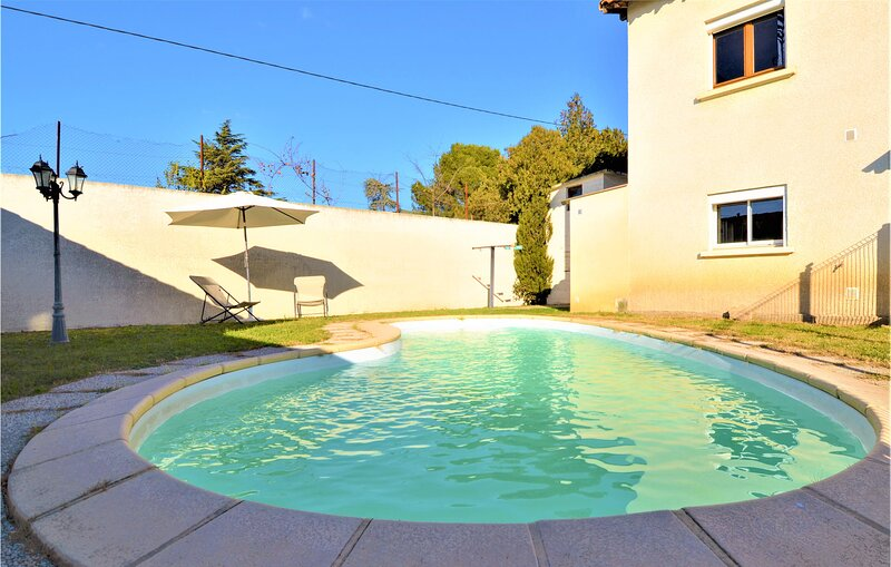 Amazing home in Vauvert with Outdoor swimming pool, WiFi and 3 Bedrooms (FLG596), vacation rental in Franquevaux