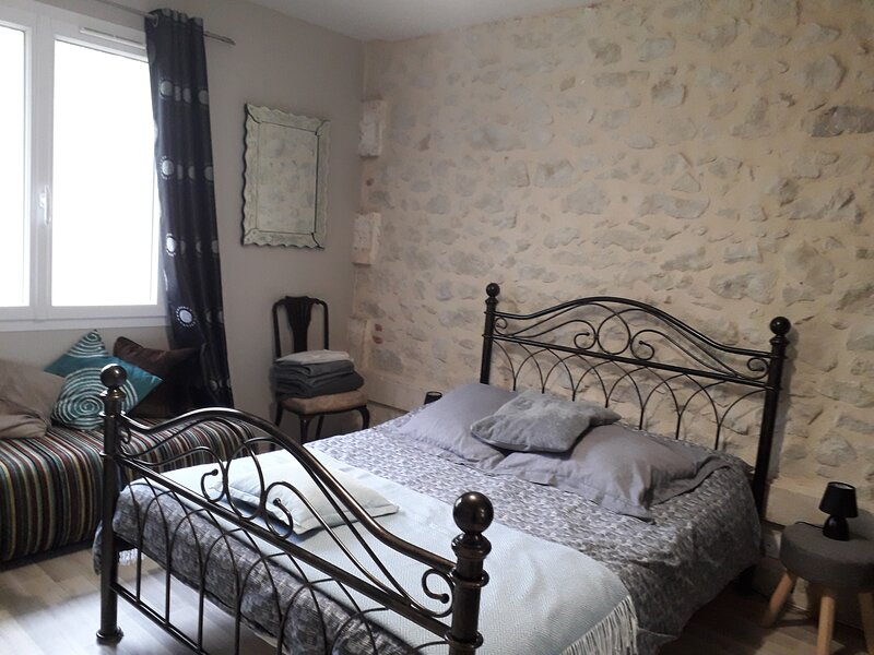 Bright and modern double bedroom ground floor apartment, holiday rental in Puymiclan