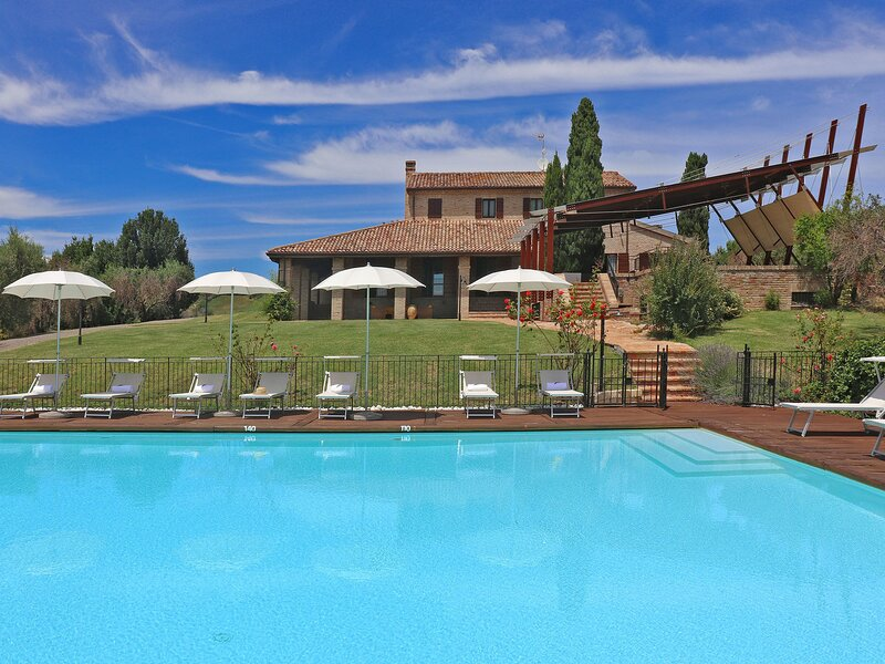 Villa with private swimming pool, large terrace, billiards table, 9 km from the, holiday rental in Stacciola