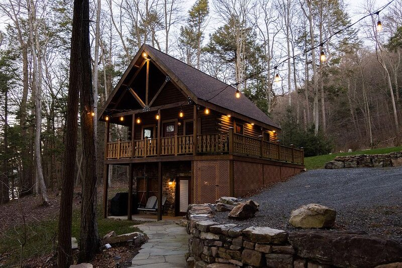 CABIN ON THE RIVER ~ Free Bikes and Kayaks ~ Patio, location de vacances à Allenwood