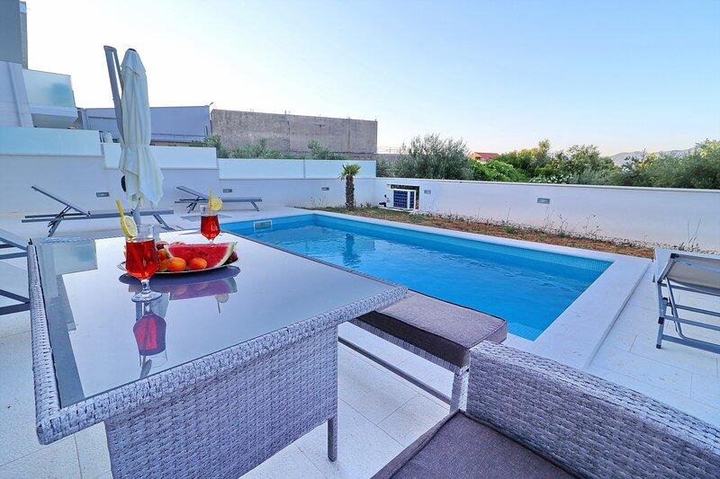 Villa Dalmatinka - Four-Bedroom Villa with Pool and Patio, casa vacanza a Janjina