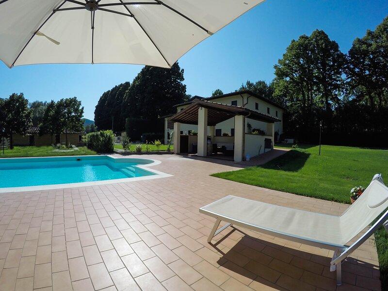 Smemorina, in Casale tipico colline tra Lucca e Versilia, piscina e grande parco, holiday rental in Orbicciano