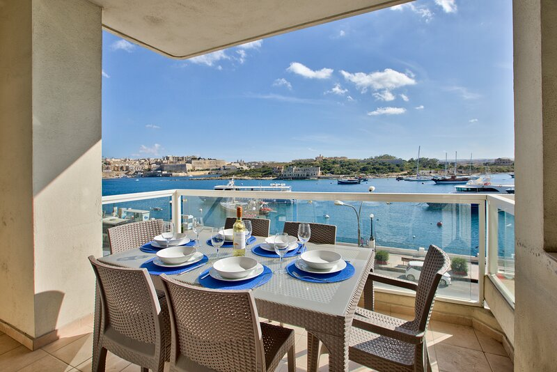 Exceptional Views Tigne Seafront 4-bedroom Apartment, vakantiewoning in Sliema