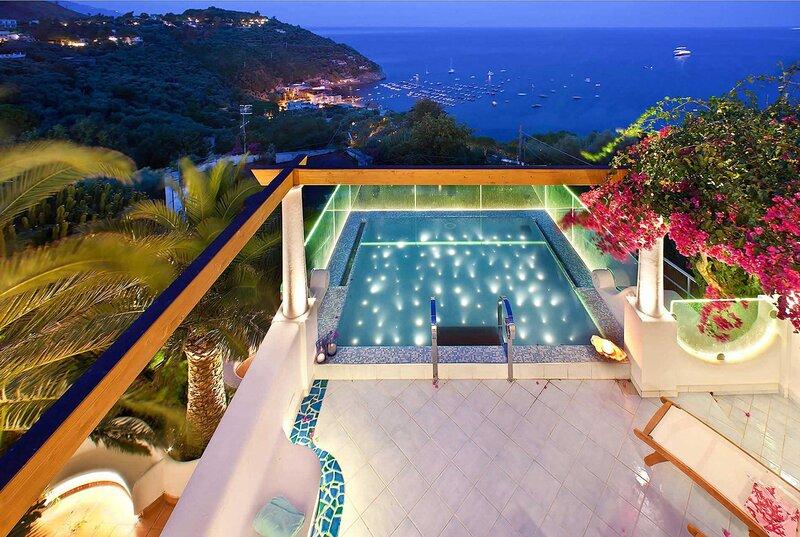 Luxury villa, stunning views and breakfast hamper, holiday rental in Sirenuse