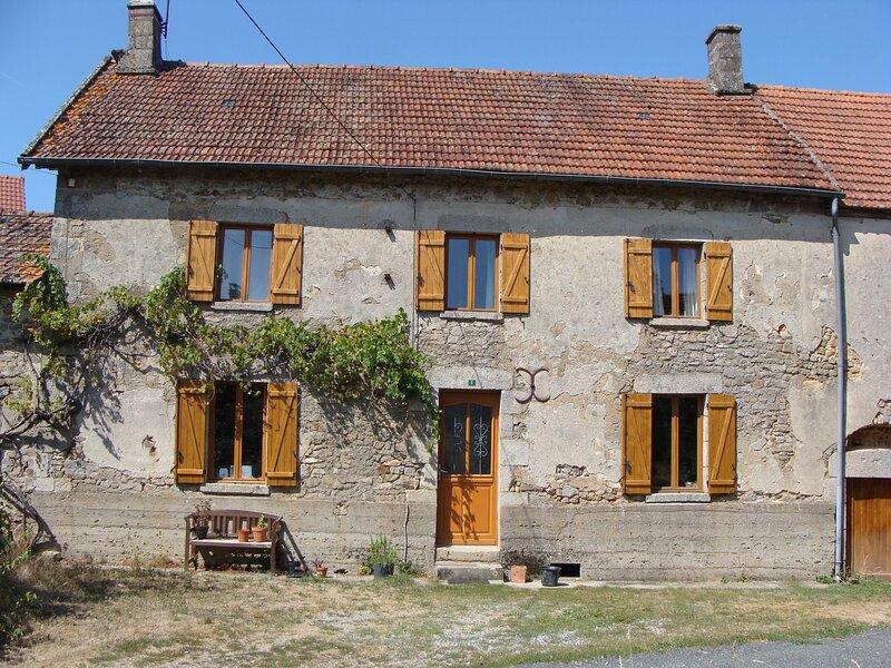 Beautiful 4 bedroom farmhouse, location de vacances à Saint-Leger-la-Montagne