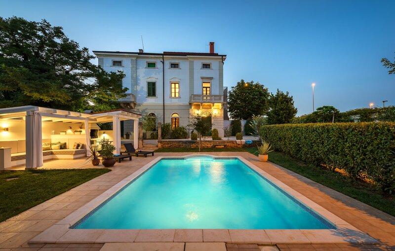 Historical Villa Vigneri with a large garden and a pool, alquiler de vacaciones en Novigrad