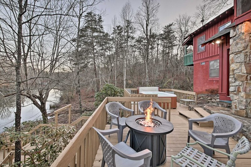 NEW! Spacious Waterfront Retreat w/ Dock & Hot Tub, holiday rental in Valley Head