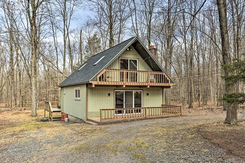 NEW! Chic Pocono Lake Cabin w/ Resort Amenities!, alquiler de vacaciones en Lago Pocono