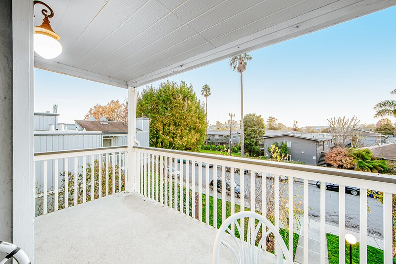 Cozy home with gas fireplace and furnished balcony close to beach and boardwalk, location de vacances à Scotts Valley