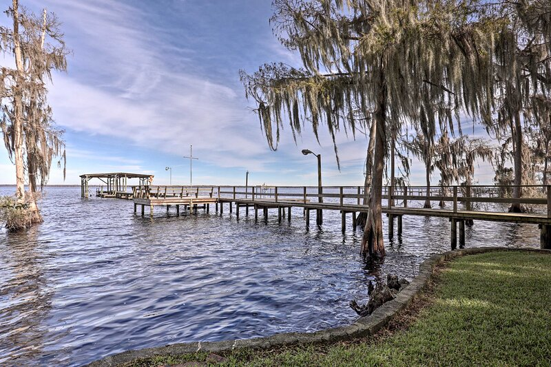 NEW! Lakehouse w/ Updated Dock on Crescent Lake!, vacation rental in Satsuma
