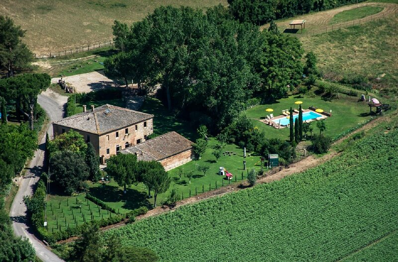 NESTED IN VAL D'ARBIA COUNTRYSIDE WITH LOVELY VIEWS ON SUNFLOWER FIELDS, casa vacanza a Monteroni d'Arbia