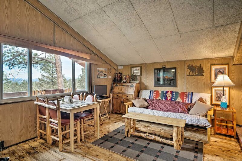 Cozy Bear Cabin with Mountain Views, holiday rental in Lake George