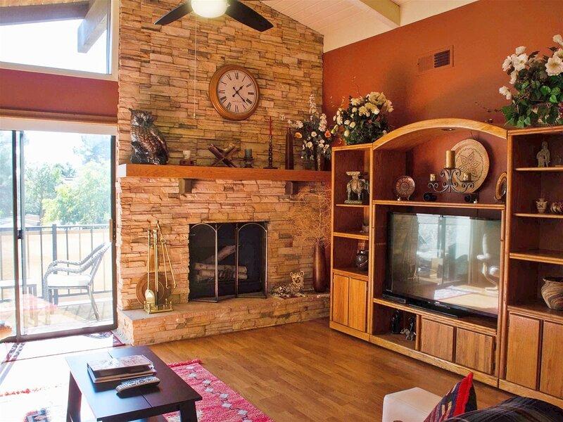 Cute & Cozy Condo Located in Oak Creek Estados, holiday rental in Village of Oak Creek