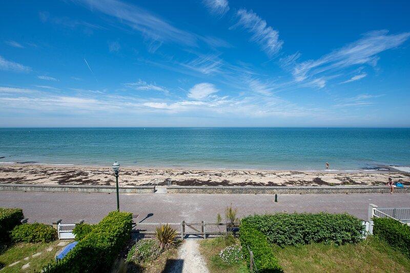 Grande Villa Familiale directement sur plage DDay, holiday rental in Saint-Aubin-Sur-Mer