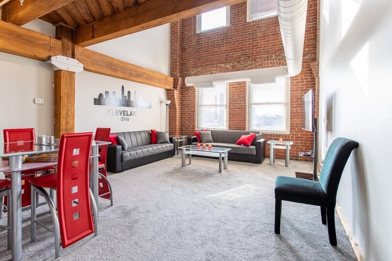 SPACIOUS 2 STORY LUXURY LOFT, holiday rental in Cleveland
