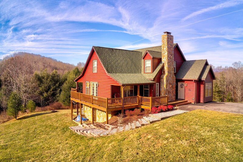 Spacious Mountain-View Manor w/Easy River Access, holiday rental in Grassy Creek