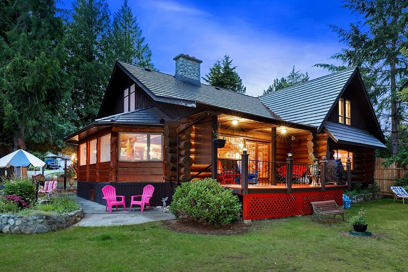 Union Bay Log Home Guest House- tranquil setting in a beautiful 3 level log home, location de vacances à Comox Valley