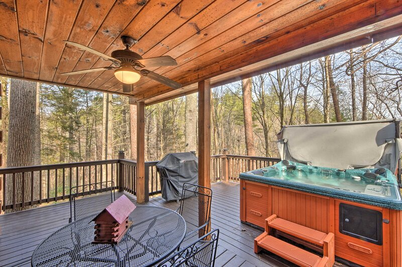 NEW! Hidden Lake Cabin w/ Hot Tub & Fire Pit!, location de vacances à Cherrylog