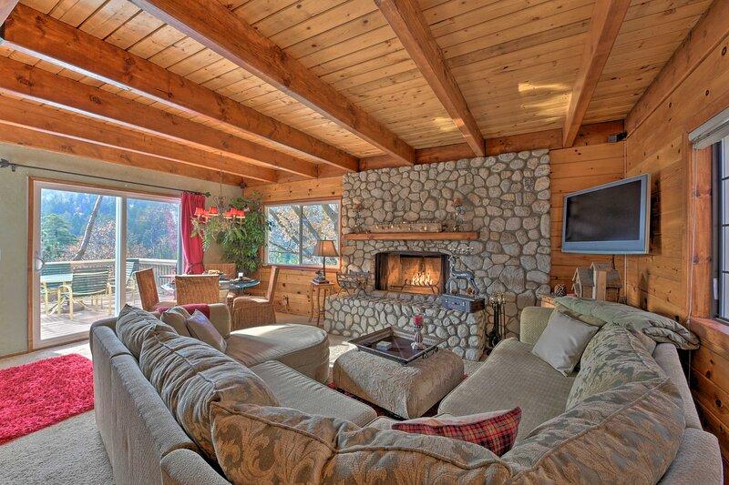 Mountainside Cabin w/ Deck - 16 Miles to Skiing! – semesterbostad i Lake Arrowhead