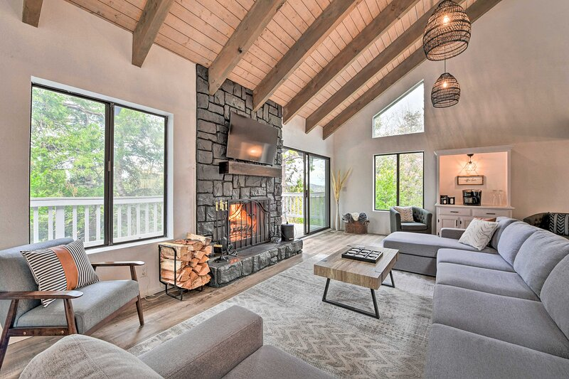 Luxe Lake Arrowhead Home w/Spa, Game Room, Theater, alquiler de vacaciones en Cedar Glen