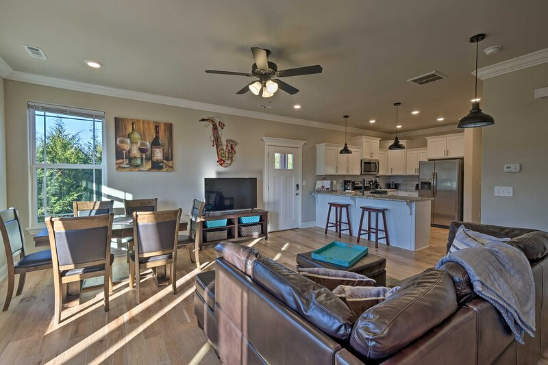 NEW! Modern Beaver Lake Gem at 'Holiday Island!', vacation rental in Eagle Rock