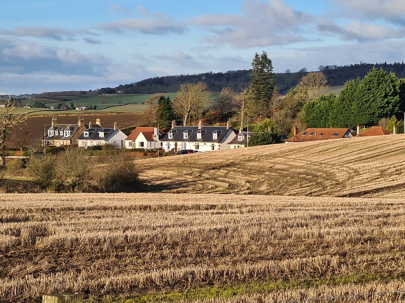Country setting, but just 15 min walk to linlithgow centre