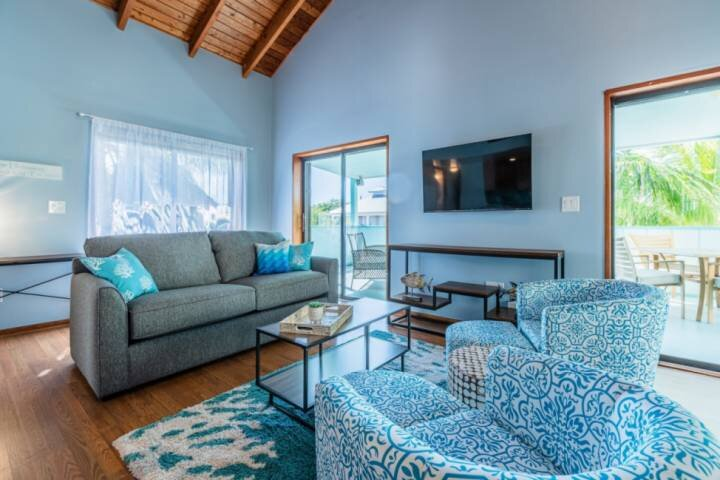 THE HIDEAWAY - Find It and Get Lost! Newly Decorated Canal Front Home w/ Dockage, alquiler de vacaciones en Lower Keys