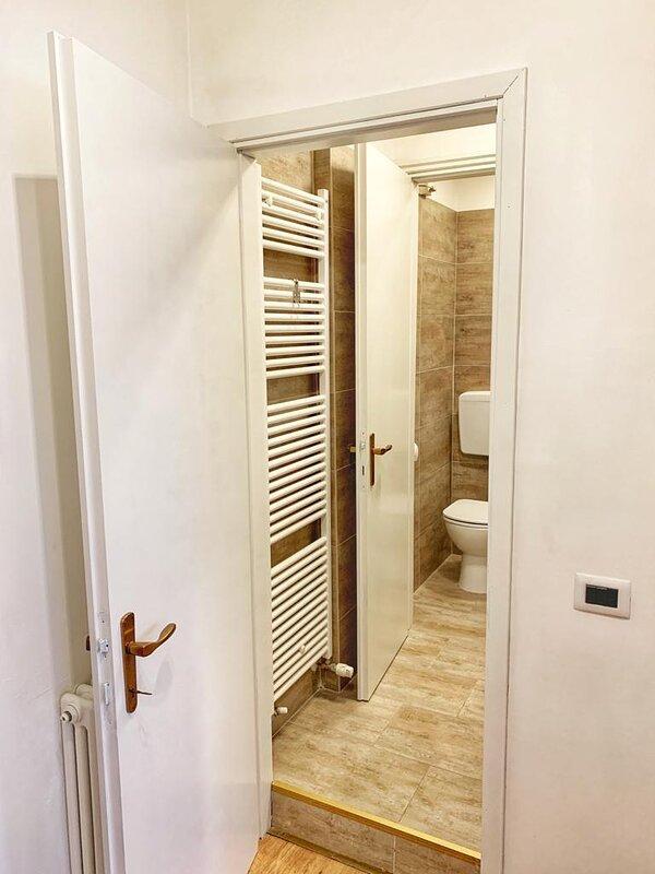 Bagno caldo e accogliente con termoarredo verticale. Con Bidet e doccia