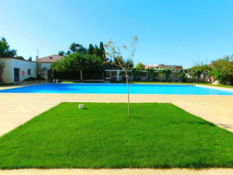 Estudio de vacaciones con piscina y vistas despejadas en Roses, Costa Brava, aluguéis de temporada em Pau