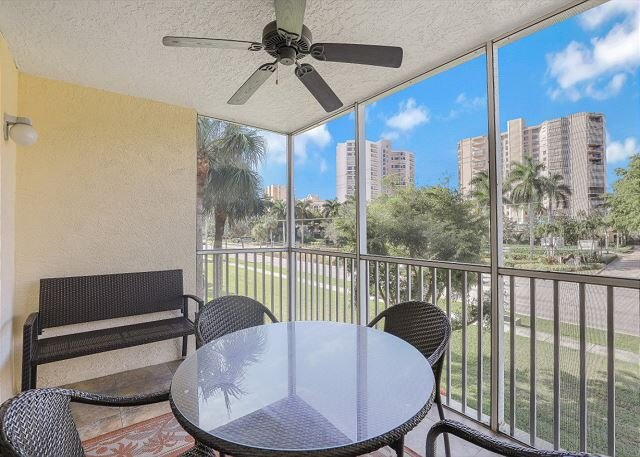 Alluring condo w/ heated pool, tennis courts & short walk to beach, vacation rental in Marco Island