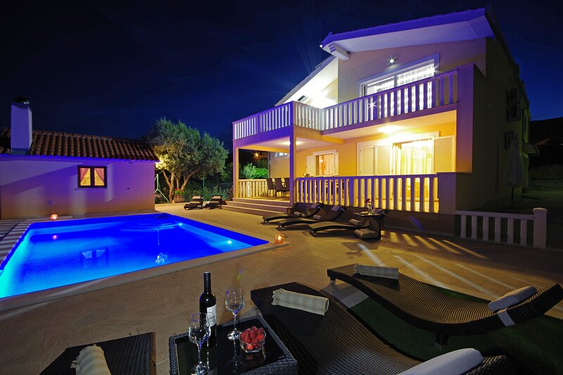Villa Iva for 14 with 7 bedroom 5 bathroom - private pool, holiday rental in Rudine