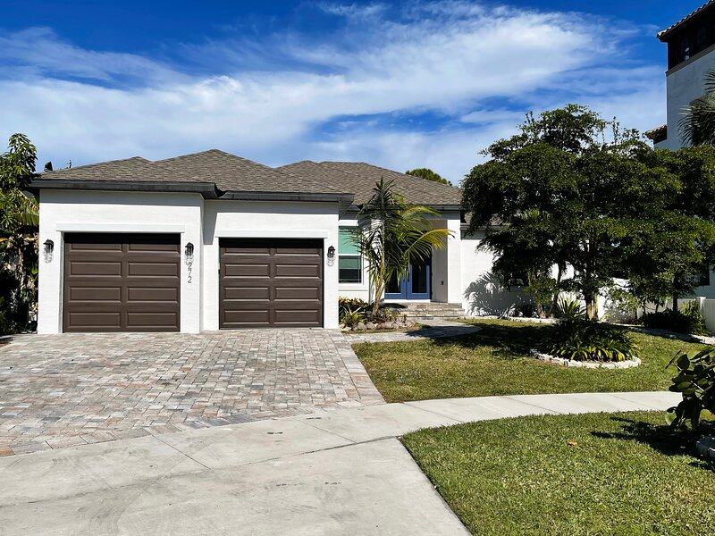 Gorgeous, New Construction, Beautifully Decorated Coastal Dream Vacation Villa, vacation rental in Marco Island