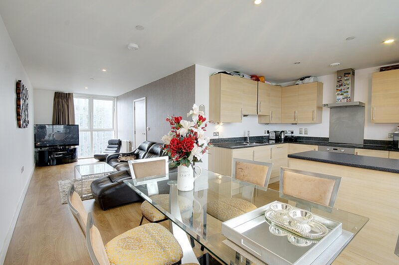 Exclusive 3 Bed Penthouse in Stratford London, holiday rental in Stratford City