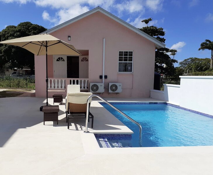 THE COTTAGE, SAINT DAVIDS, MODERN 1 BEDROOM VILLA WITH PRIVATE POOL AND PARKING, holiday rental in Oistins