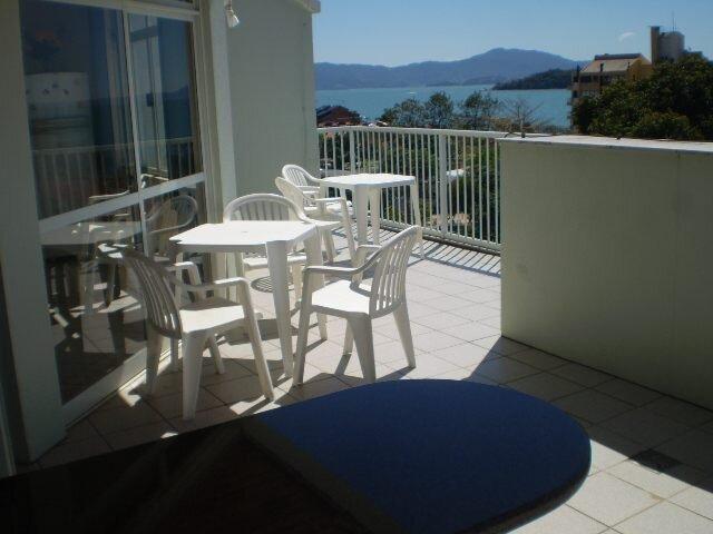 Cobertura com vista ao mar, 80 m da praia, no centro, 2 quartos , 6-8 pessoas, alquiler vacacional en Canasvieiras