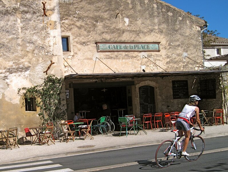 EYGALIERES - MOST BEAUTIFUL VILLAGE IN ALPILLES AMIDST 1 HECATRE OF OLIVE PLANTS, holiday rental in Eygalieres