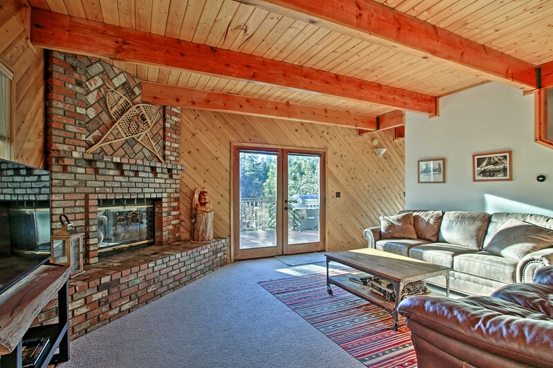 NEW! Cozy Getaway w/ Deck 2 Miles to Bear Mountain, vacation rental in Moonridge