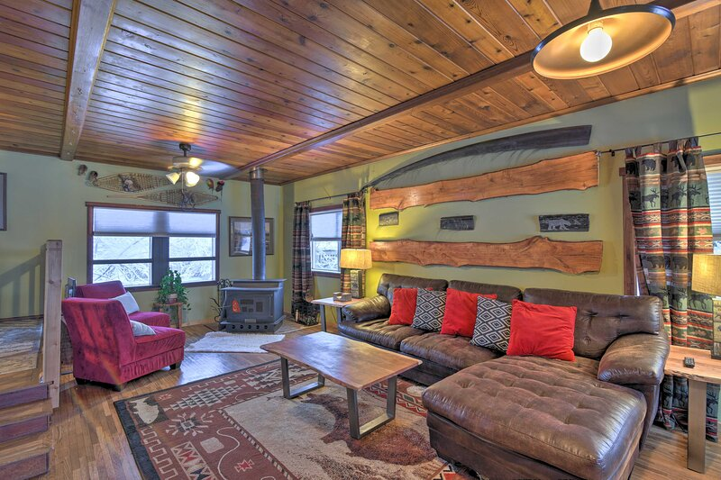 NEW! Rustic Anchorage Cabin Getaway w/ Game Room!, holiday rental in Eagle River