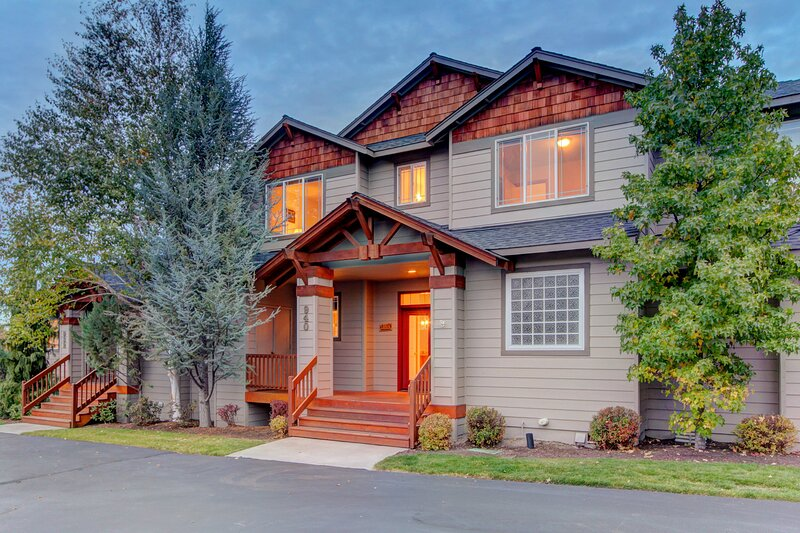 Comfortable family home w/ shared pool, private hot tub, & more!, holiday rental in Redmond