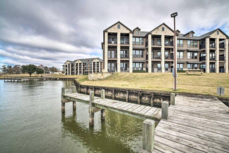 NEW! Spacious Lake Livingston Condo w/ Dock & Pool – semesterbostad i Livingston