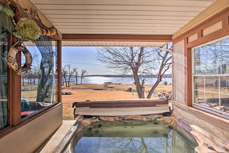 NEW! Lake Eufaula Hideaway w/ Fire Pit & Hot Tub!, alquiler de vacaciones en Eufaula