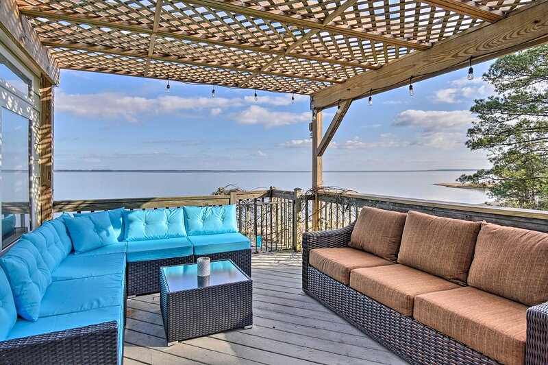 NEW! Vibrant Riverfront Gem w/ Private Beach, Dock, vacation rental in Smithfield