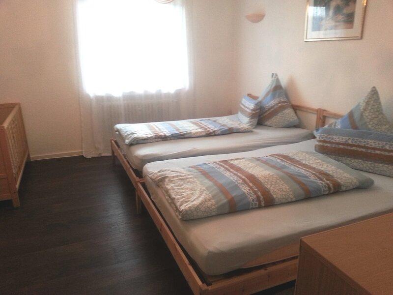 Aida, 2-Zi.-FeWo, Panoramablick, Terrasse, Garten, Sauna, große Betten, Babybett, vacation rental in Seewald