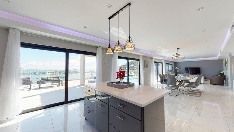 VILLA VIJOUX... New Huge, Modern, Affordable 8BR Villa!, aluguéis de temporada em Quartier D'Orleans