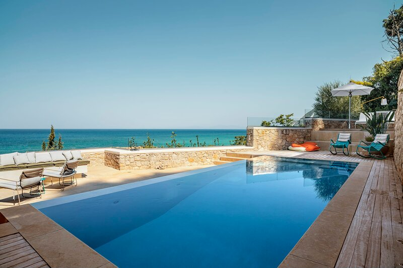 VinBlu Villa just a breath from the sea and the beautiful Agios Nikitas!, holiday rental in Asproyerakata