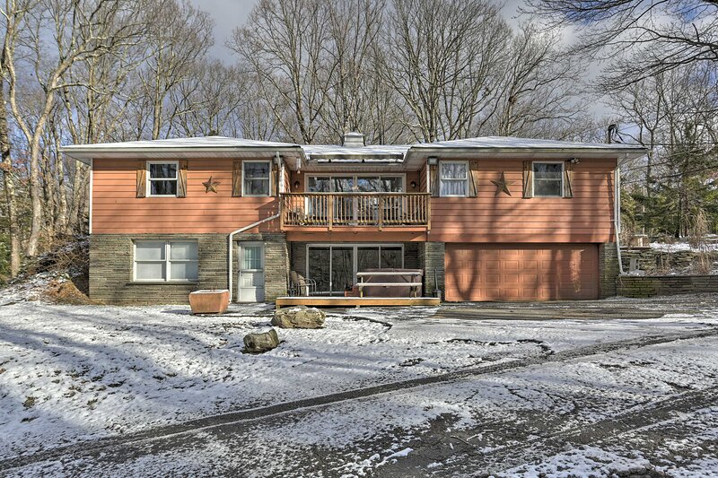 NEW! Poconos Retreat; Game Room, Theater & Hot Tub, holiday rental in Blooming Grove Township