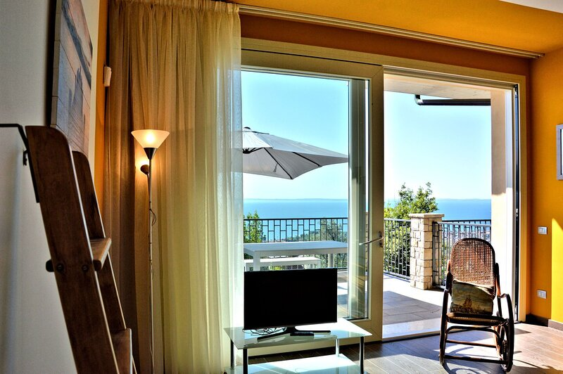 Three-room apartment Lugana - Yellow with Large Lake View Terrace, vakantiewoning in Cecina